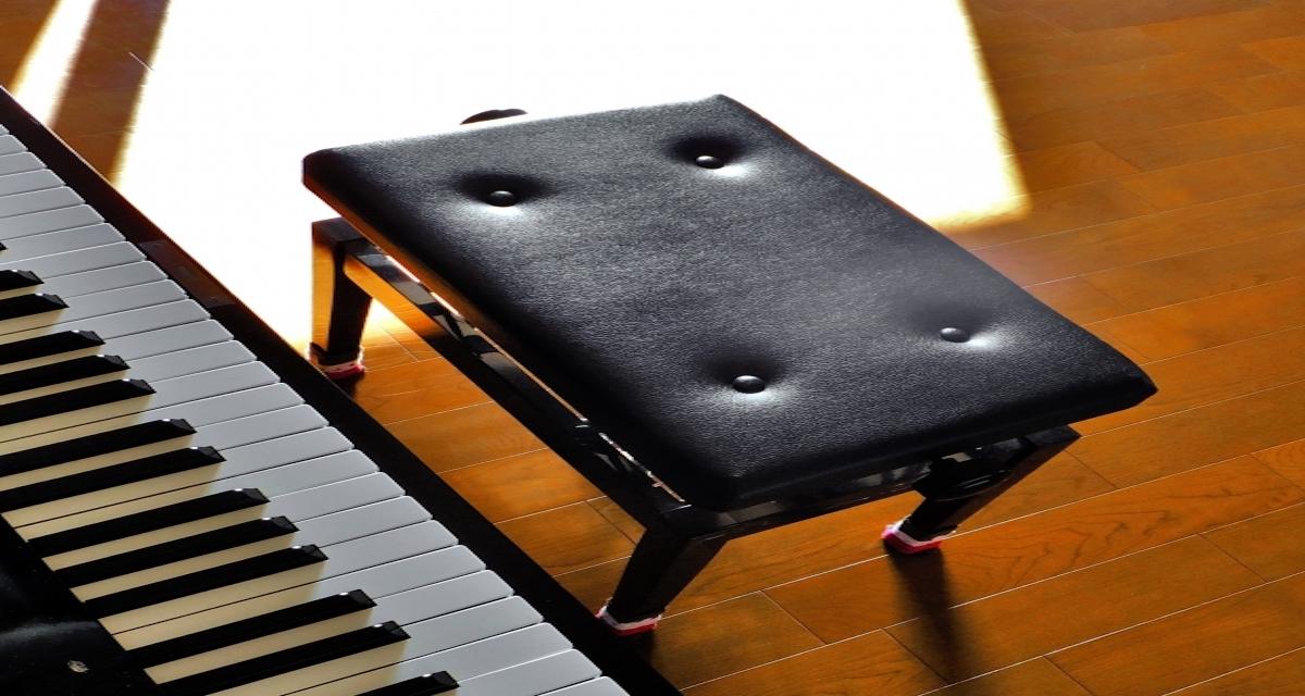 ピアノの椅子の画像