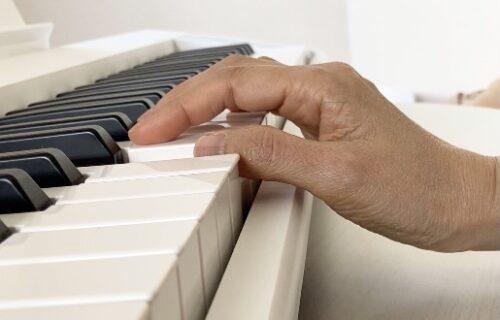 鍵盤より下がっている手首
