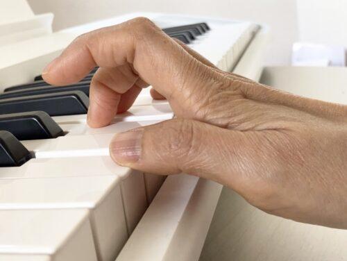 手首が下がっている時の指の付け根からの打鍵の様子