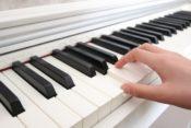 ピアノを弾く手の画像
