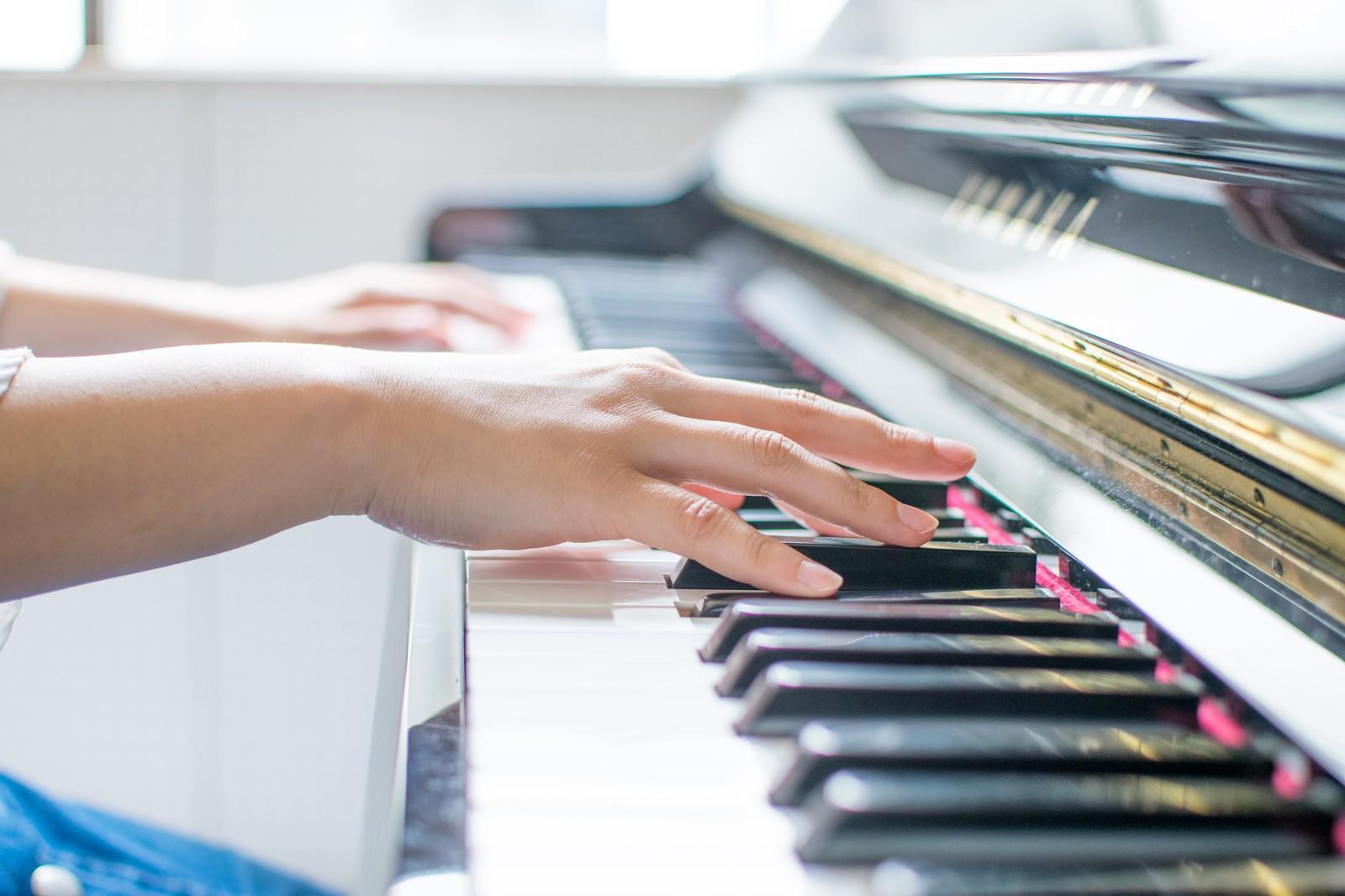 ピアノを弾く手