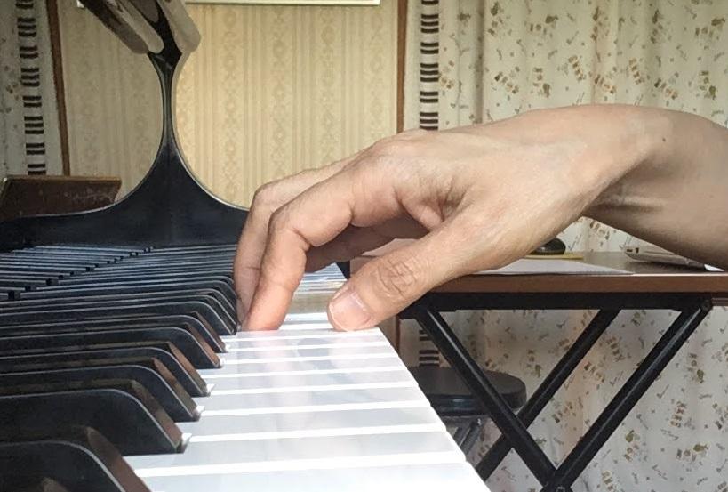 ピアノを弾く手の形の画像